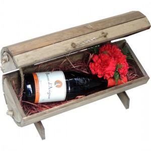 Baú Vinho Tinto Importado e Cravos Vermelhos