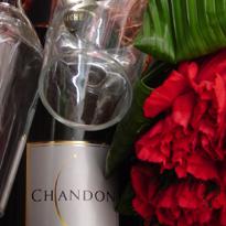 Cestas com flores  vinhos , champagnes