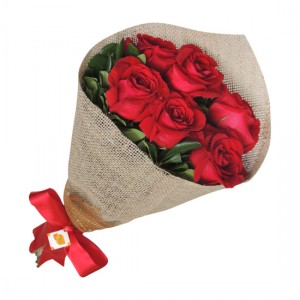 Buquê com meia dúzia de rosas colombianas